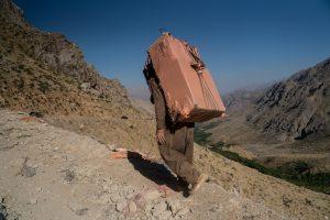 Région de Hewraman, Kurdistan e rojhelat (Iran), été 2019. Les charges sont lourdes, plus de 30kg, qu'il faut porter pendant plusieurs heures sur des chemins escarpés. Nombre de kolabrs souffrent de problèmes de dos, de genou.