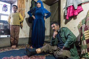Village de Shene, Kurdistan, Irak. Février 2017. « Apo », après avoir servi dans les peshmergas, travaillait comme karwanji. Kurde d'Irak, il n'avait pas d'autorisation. Un soir de printemps en 2003, alors qu'il transportait du sucre en Iran, une patrouille de soldats menace de l'arrêter si ils le revoient. Avec son camarade, ils décident donc de prendre un autre chemin pour le retour. Il était aux alentours de 20h, et la nuit était noire quand soudainement une explosion a déchiqueté sa jambe. « Quand je suis tombé au sol, ma main s'est posée sur une autre mine. A ce moment là, j'ai voulu mourir, exploser la deuxième mine et en finir. Puis j'ai pensé à mes 5 enfants, et j'ai voulu rester en vie pour eux. Je me suis dit que Dieu m'aiderait. La personne qui était avec moi a été blessée légèrement. Il a bandé ma jambe avec un keffieh. Nous avons crié pour appeler à l'aide, des gens sont arrivés. Ils nous ont emmenés dans un village près duquel se trouvait un camp du PKK. Là, ils m'ont soigné, fait un bandage et envoyé dans un hopital. Puis j'ai été transféré à Sulaymaniyeh, où j'ai du être amputé deux fois. On m'a mis une prothèse. Mais je vais devoir subir une nouvelle amputation car ma jambe redevient noire. Personne ne travaille dans la famille, mon fils plus âgé est étudiant. Comme j'étais peshmerga, j'ai une allocation du gouvernement versée tous les trois mois, de 1 200 000 IQ, mais elle va se réduire.»