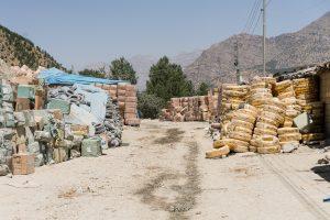 Zale, Kurdistan, Irak. Juin 2017. La frontière ferme en début d'après midi. Petit à petit les kolbers quittent le village. Ils reviendront plus tard, à la nuit tombante, illégalement.