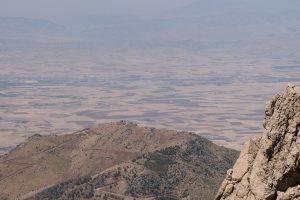 Région de Hewraman, Kurdistan e rojhelat (Iran), été 2019. Tout le long de la frontière, des tours de guet ont été construites pour entraver les flux des humains et des marchandises. De l'autre côté, les plaines du bashur (Kurdistan Sud, Irak).